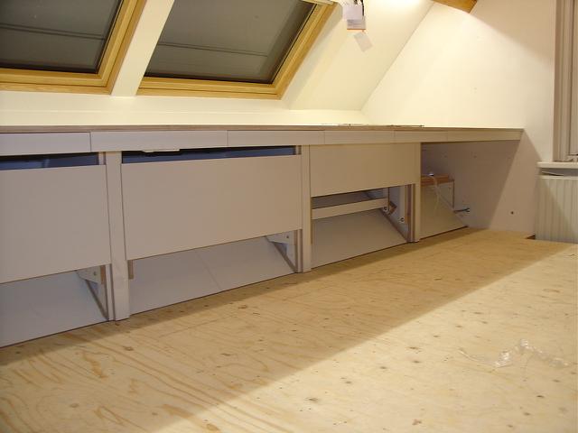 Werkblad met bergruimte voor papieren dossiers boven en onder het blad - Kantoor onder helling ...
