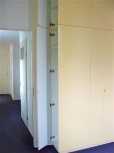 Deuren aan zijkant geven toegang tot hanggedeelte van 60 cm diep.