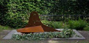 Herdenkingsmonument voor bemanningsleden van B-17, neergekomen in weiland bij Groenekan 28 mei 1944. Op 31-05-2014 om 15.30 uur wordt de plaquette met namen sterk uitgelicht. De onthulling, drie dagen eerder, vond plaats in stromende regen.