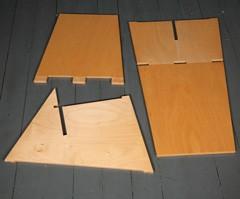 De drie delen waarmee stoel wordt samengesteld. Te koop bij: http://www.wonderwoodstore.nl/nl/links-eenvoudig-te-monteren-stoel.html